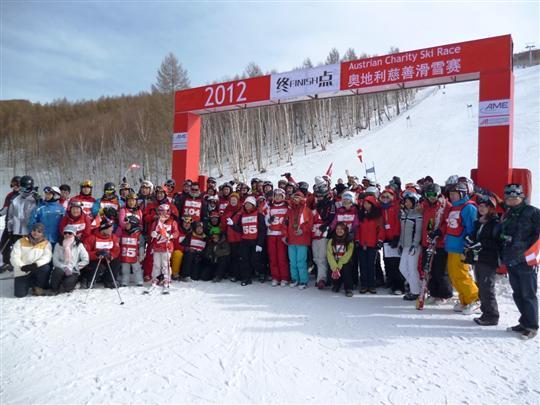 2012年奥地利慈善滑雪赛 吸引200多位滑雪爱好者